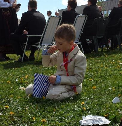 Gabriel nyter popkornet sitt...